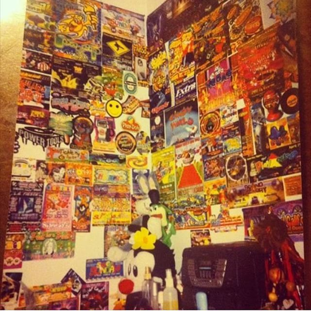 ~1997 Teenage Bedroom~ 🔊🇲🇽🔊 Don't forget to submit your bedroom/wall photos :) ( photo by : @myr0se ) #ChicanaBedrooms #EastLA  #PartyFlyers